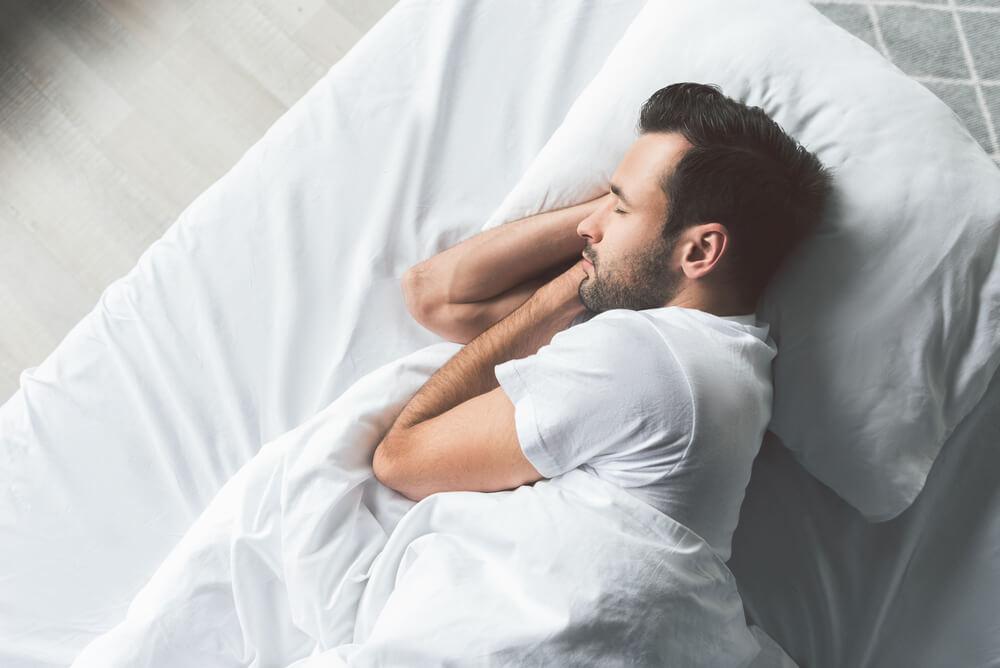 頭髮半濕時睡覺會頭臭