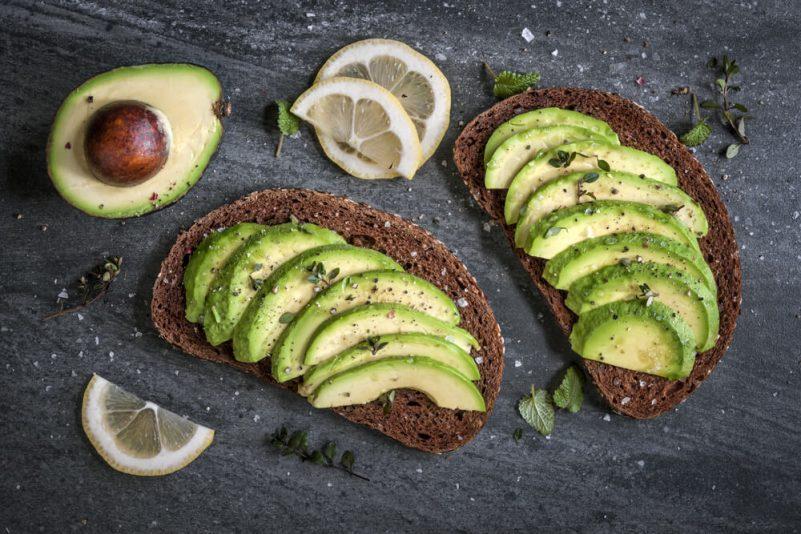多吃含高蛋白質跟好油脂的牛油果有助生髮